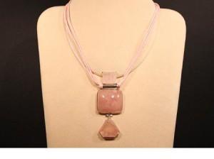 Girocollo in quarzo rosa, montatura in argento, fermaglio metallico a moschettone. Lunghezza 40 cm, regolabile.peso gr 45