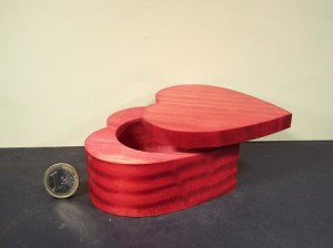 Scatolina in legno a forma di cuore Dim. 9,5x9,5x4,7(h) cm gr 110 PREZZO 8