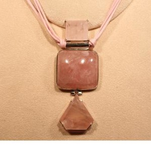 particolare ciondolo quarzo rosa