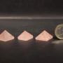 Piramidi in quarzorosa.Dim. 1a a dx.1,9x1,9x1,3(h)cm.3 pezzi. gr12